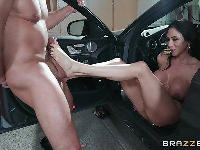 flexible body Ariella Ferrera wants to show her sexual skills to her friend